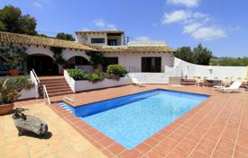 Villas and houses with pools by the sea for sale in Costa Blanca. Beautiful villa with a garden, a large parking, a pool and a direct access to the beaches, 80 meters from the sea, Moraira, Spain