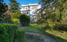 5 bedroom houses for sale in Ile-de-France. Ville d'Avray – An elegant period property in a beautiful garden