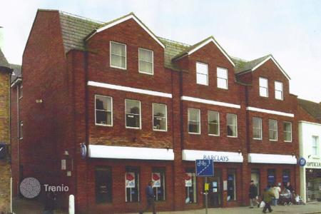 Commercial property for sale in the United Kingdom. Office building in the suburbs of London with a 4% yield