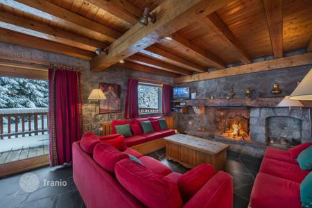 4 bedroom villas and houses to rent in Meribel. Chalet for 9 people, with a terrace and balconies, at 300 meters from the slopes, Meribel, France