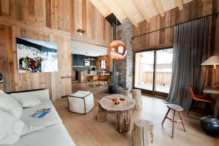 4 bedroom villas and houses to rent in Meribel. Cozy chalet with a terrace and a sauna, in the center of Meribel, France
