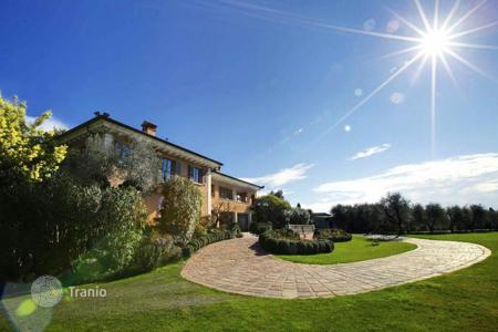 Houses with pools for sale in San Felice del Benaco. Villa – San Felice del Benaco, Lombardy, Italy
