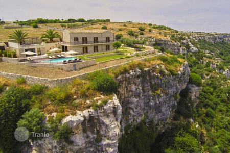 Villas and houses for rent with swimming pools in Sicily. Detached house – Modica, Sicily, Italy