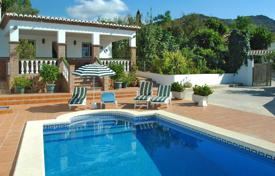 Villas and houses for rent with swimming pools in Malaga. Lovely cottage with air conditioning in Nerja