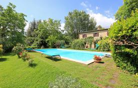 Luxury houses with pools for sale in Tuscany. Prestigious farmhouse for sale in Tuscany, in Sarteano