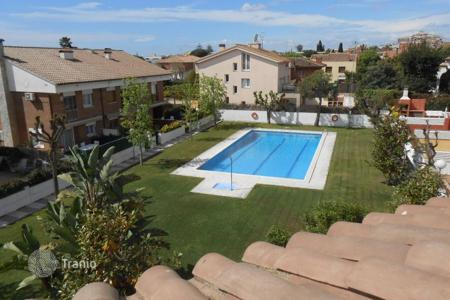 Coastal townhouses for sale in Catalonia. House for sale in Premia de Mar in perfect conditions. With a pool and a garden. Near schools and supermarkets. 10 minutes to the beach