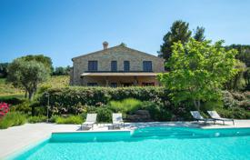 Residential for sale in Marche. Furnished house with a pool, a terrace and a garden next to Montecosaro, Italy