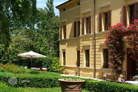 Villas and houses for rent with swimming pools in Lombardy. Villa Castellani di Sermeti