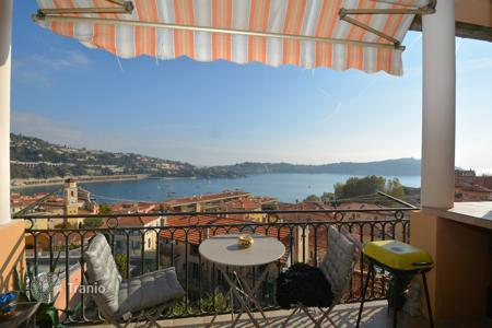 Cheap residential for sale in Côte d'Azur (French Riviera). A 4 room charming apartment on the top floor with terrace and panoramic view of the bay
