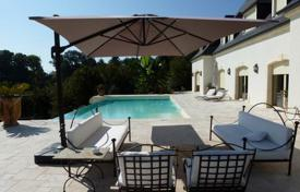 5 bedroom houses for sale in Aquitaine-Limousin-Poitou-Charentes. Luxury villa with a terrace and an infinity pool, 5 minutes drive from Pau, France