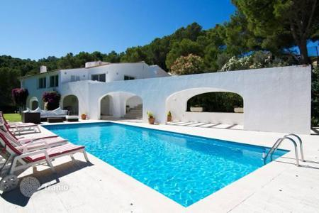 Luxury houses for sale in Costa Brava. Beautiful villa with smimming pool on the seafront in Begur, Spain