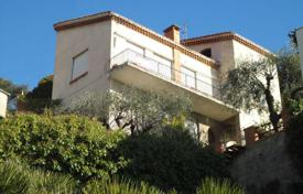 4 bedroom houses by the sea for sale in Ospedaletti. Three-storey villa with a garden and a sea view, close to the beach, Ospedaletti, Italy