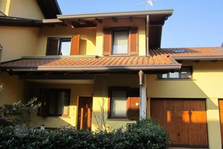 Townhouses for sale in Lombardy. Terraced house – Lombardy, Italy