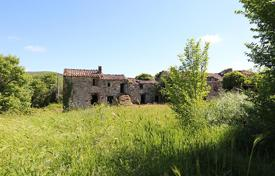Residential for sale in Montegabbione. Farm of 34 ha with a farmhouse to restore of about 1000 m² in Umbria