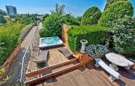 Apartments with pools for sale in Cannes. Elite penthouse with a spacious terrace, in a residential complex with a pool and a garden, Cannes, France