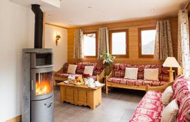 5 bedroom villas and houses to rent in Meribel. The spacious chalet with 5 bedrooms, a hot tube, a sauna, a ski room and a parking, just 100 m from the ski lift. France, Maribel Les Allu