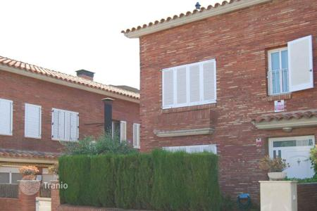 Townhouses for sale in Catalonia. On the coast of Barcelona, between Premià de Dalt and Premia de Mar is this semi-detached house, Spain
