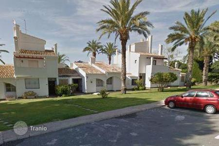 Bank repossessions terraced houses in Spain. Terraced house – Alicante, Valencia, Spain