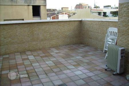 Coastal townhouses for sale in Barcelona. For sale house in perfect conditions, with a terrace and barbecue area. Only at 2 streets to a beach