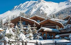 Property to rent in Verbier. Spacious chalet with swimming pool, spa, outdoor hot tub, balcony and panoramic windows, underground parking, Verbier, Switzerland