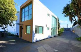 Property for sale in Madeira. Modern four-bedroom villa in Santa Cruz with ocean views