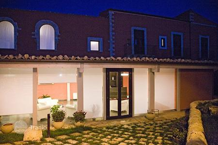 Villas and houses for rent with swimming pools in Italy. Villa Baronale