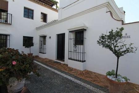 2 bedroom houses for sale in Marbella. Charming corner property with lots of potential!