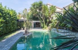 Residential for sale in Cimiez. Town villa with a garden, a pool and a parking in the prestigious Cimiez neighborhood, Nice, France