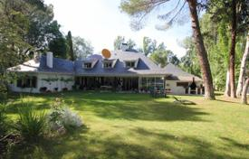 Residential for sale in Madrid. Spacious villa with a lush garden and a swimming pool, Pozuelo de Alarcon, Spain