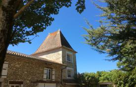 Houses for sale in Gers. Historical mansion with a guest house and a picturesque park with cedar trees, 20 minutes drive from Agen and Lecture, Gers, France