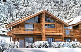 Chalets for sale in Auvergne-Rhône-Alpes. Three-storеy chalet with a balcony and a terrace, 10 minutes walk from the center of Alpine village, next to the ski lift, Meribel, Alps