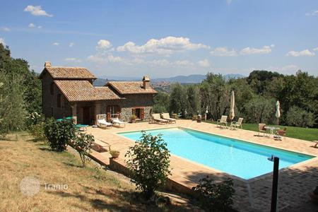 6 bedroom houses for sale in Umbria. Among the green hills of Orvieto, there is a wonderful country house with a great view