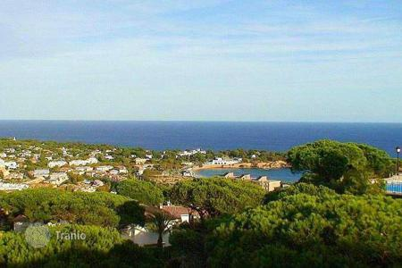 Apartments with pools for sale in Catalonia. Apartment with a view over the sea and of the mountain in Sant Feliu de Guíxols, Gerona