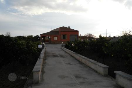3 bedroom houses by the sea for sale in Sicily. Villa with an orchard and lounge area near the Ispica and Pozzallo, Sicily