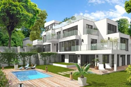 Apartments with pools for sale in Austria. Four-room apartment with private garden in a new building with swimming pool in Vienna, district Döbling, Sievering