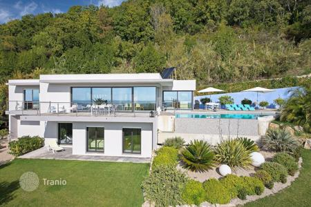Luxury 4 bedroom houses for sale in Vence. Vence — Contemporary style villa