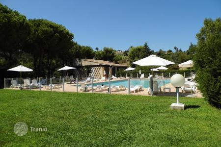 Houses with pools for sale in Villeneuve-Loubet. Villa in the charming resort town of Villeneuve-Loubet