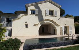3 bedroom houses for sale in Antibes. Beautiful cottage with a large plot and a swimming pool, Cap d'Antibes, France
