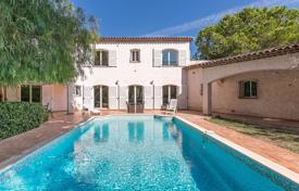 Coastal houses for sale in France. Juan-les-Pins — Provencal villa close to beaches