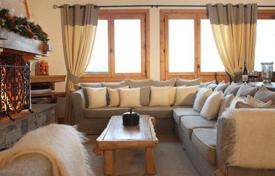 5 bedroom villas and houses to rent in Auvergne-Rhône-Alpes. Exquisite chalet with a view of the slopes, with 4 bedrooms, jacuzzi, рeated boot room and parking. France, Courchevel, Moriond.