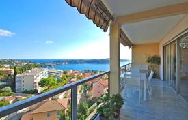 Cheap 2 bedroom apartments for sale in Côte d'Azur (French Riviera). A seaview apartment in a luxurious secured residential estate with a pool, a tennis court and a garage, Villefranche-sur-Mer, France
