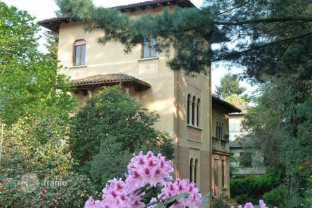 Residential for sale in Stresa. Ancient villa with garden in the center of Stresa, 200 meters from Lake Maggiore