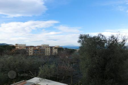 Apartments for sale in Campania. PIANO DI SORRENTO Central in building condominium apartment on the third floor comprises entrance hall, living room, three bedrooms wit[…]