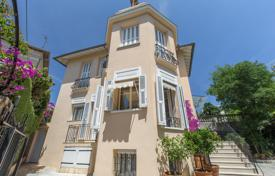 4 bedroom houses for sale in France. In the heart of Cimiez, a town home, renovated, 4 bedrooms, 4 parking, sunny and quiet