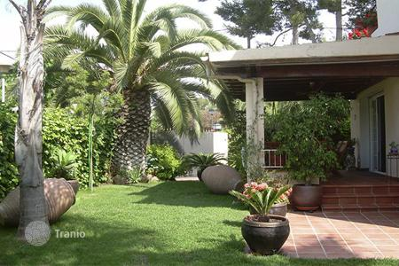 4 bedroom houses for sale in Costa del Garraf. Beautiful villa in one of the most exclusive area in Sitges