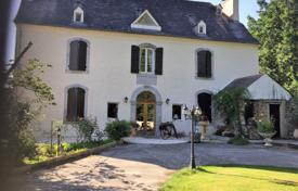 Residential for sale in Pau. Historical villa with a pool, a spacious garden and additional buildings, with mountain views, Pau, France