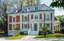 Luxury property for sale in Rueil-Malmaison. Rueil-Malmaison. A magnificent property in a secure private park 10 min west of Paris.