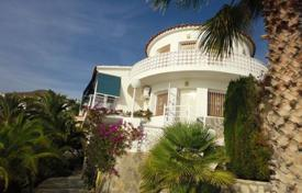 4 bedroom houses for sale in El Campello. Villa of 4 bedrooms with pool and access to the beach in El Campello