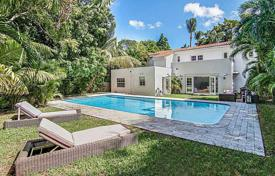 Luxury houses with pools for sale in North America. Respectable mansion with a swimming pool and private garden, in the prestigious La Gorce Island, Miami Beach, Florida