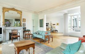 Luxury 3 bedroom apartments for sale in Paris. Paris 6th District – An over 150 m² floor through apartment